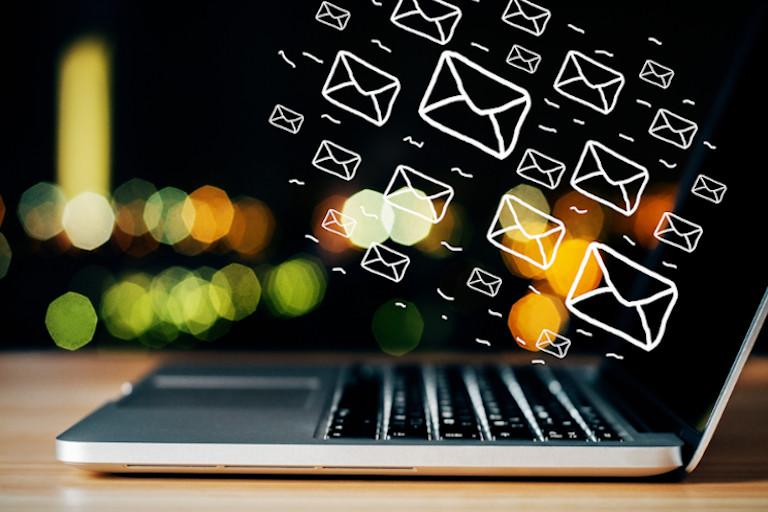 Newsletter Marketing Statistik - Laptop mit grafischen fliegenden Briefkuverten Außenrum