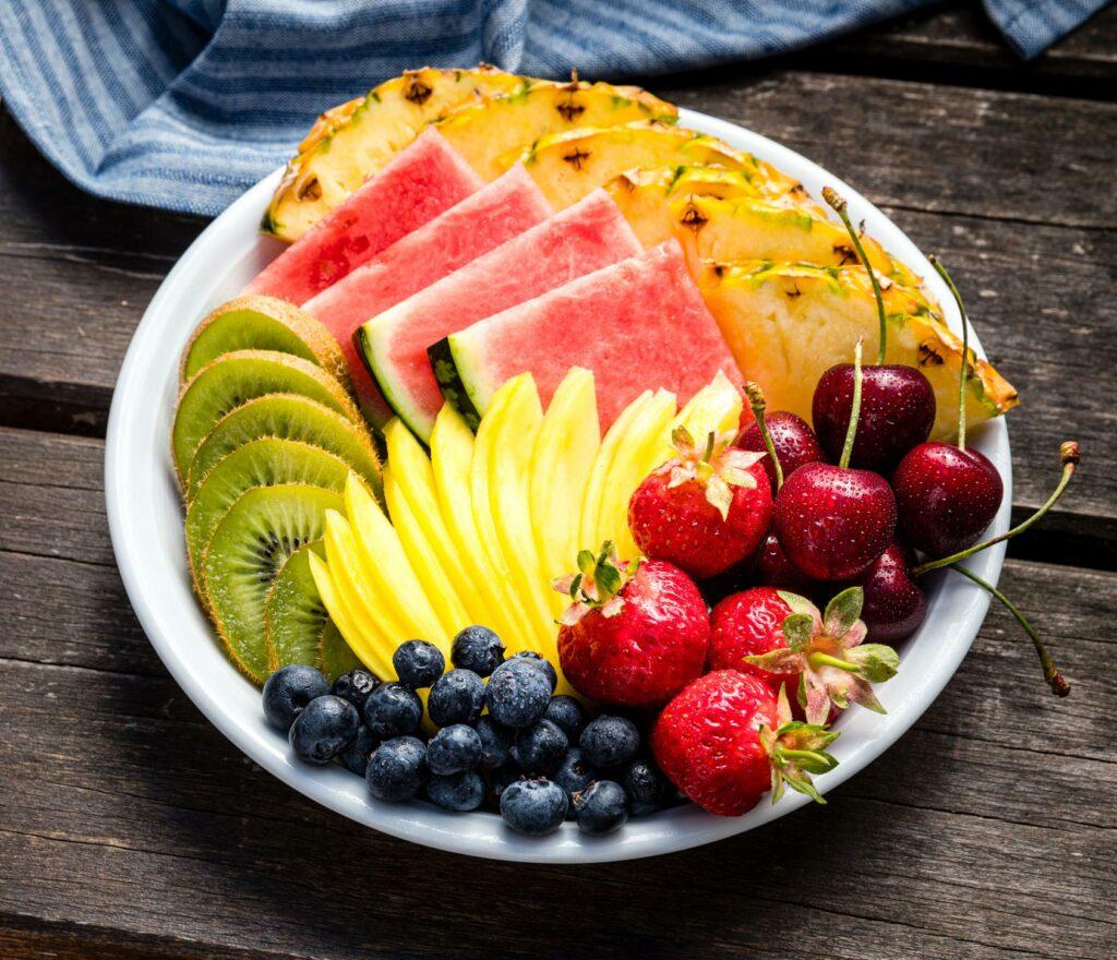Lebensmittelfotografie: ein schön angerichtetet Teller mit verschiedenen Früchten