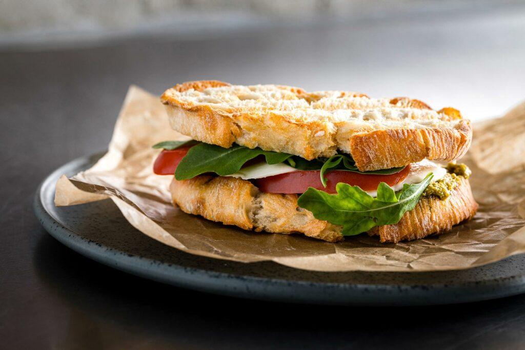 Lebensmittelfotografie: ein Sandwich von der Seite fotografiert