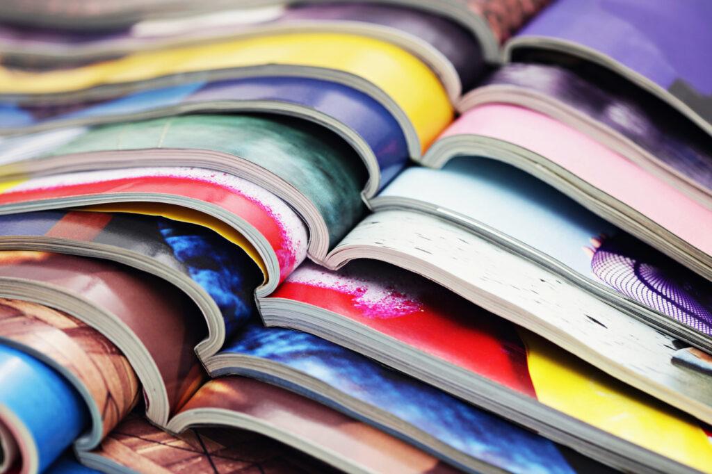 Viele verschiedene Magazine aufeinandergelegt