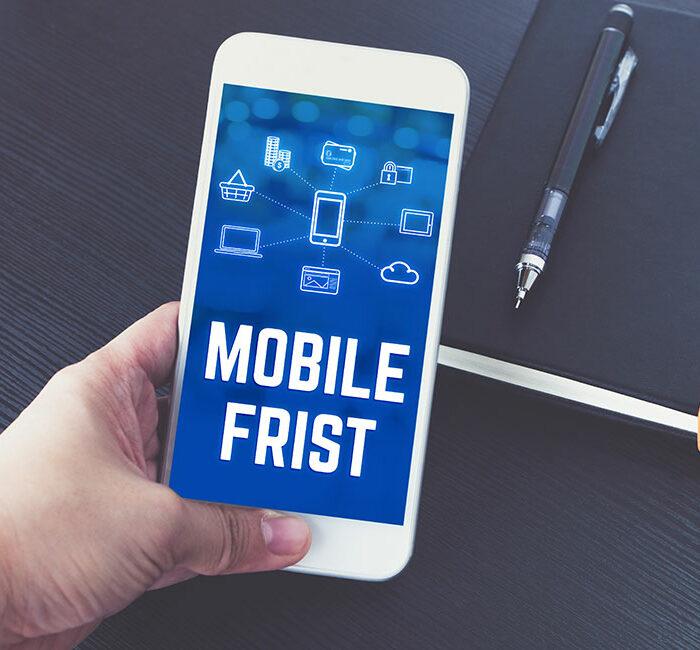 Hand hält Smartphone mit Aufschrift 'Mobile Frist'