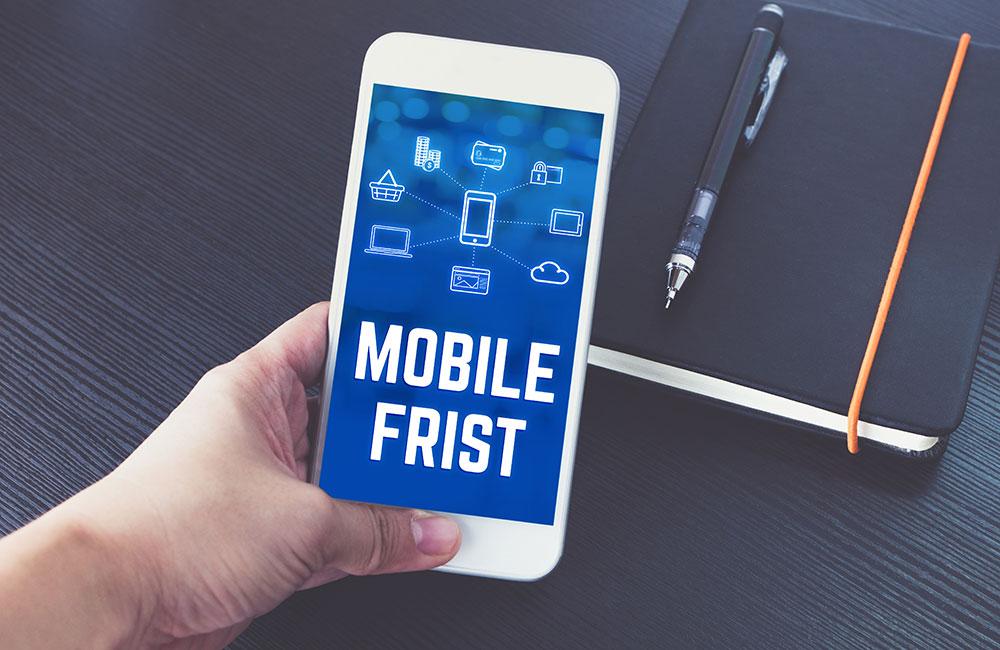 Mobile-First-Indizierung von Google verschoben auf März 2021 - Hand hält Handy mit entsprechender Aufschrift.
