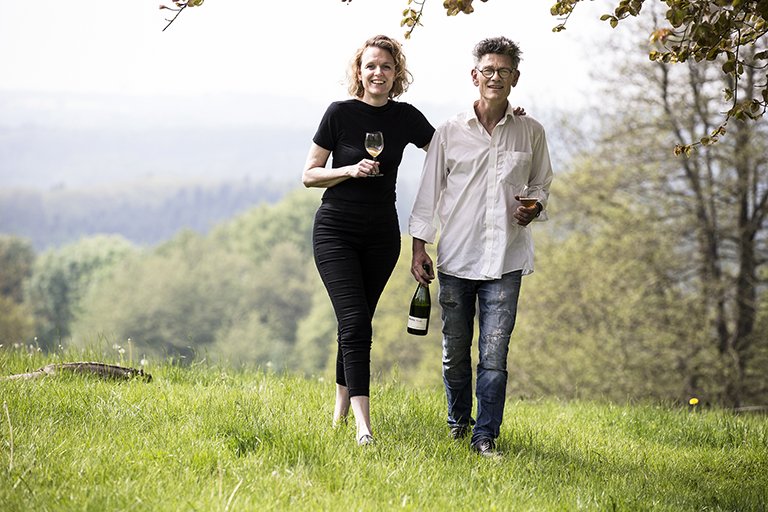People Fotografie zeigt das Brauerei-Ehepaar mit einem Glas Bier in der Hand in der Natur