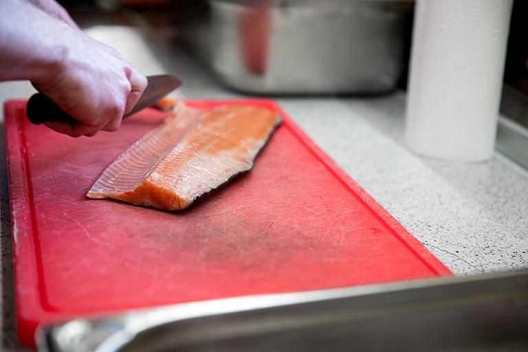 Foodfotografie zeigt, wie ein Fisch filetiert wird