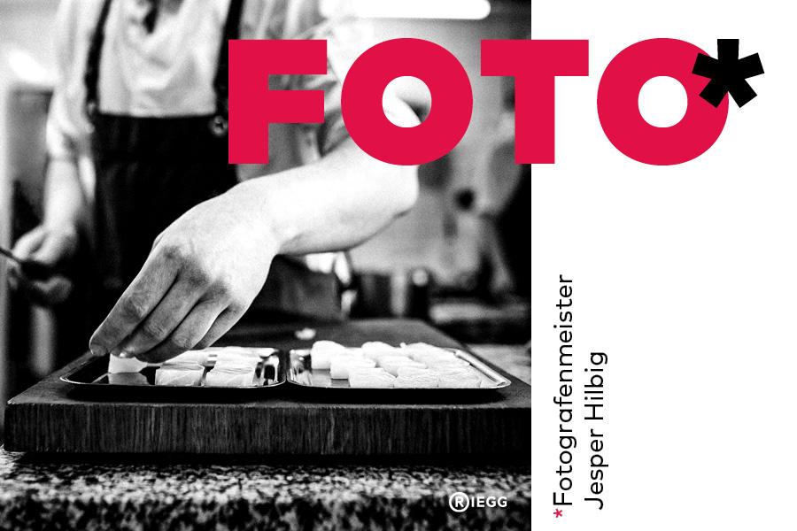 Fotografenmeister Jesper Hilbig – Ein Koch richtet geschnittenen Fisch auf Tellern an